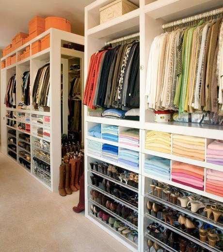 44. Closet feminino planejado e bem organizado – Por: Jessica Pacha