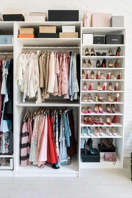 48. Closet feminino simples para combinar com o ambiente – Por: Pinterest