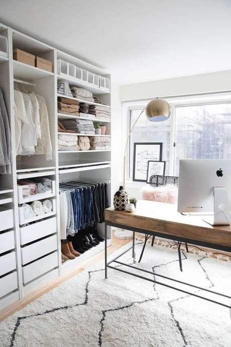 49. Closet feminino com escrivaninha para trabalho – Por: Pinterest