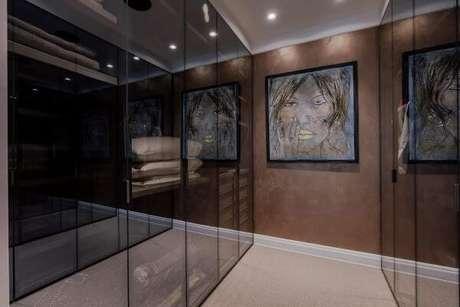 51. Closet feminino com quadro decorativo neutro e rodapé em marcenaria – Por: Revista VD