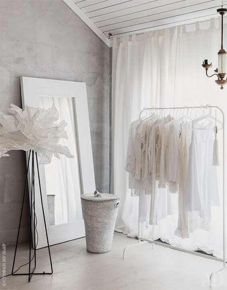 53. Closet feminino simples e pequeno – Por: Pinterest
