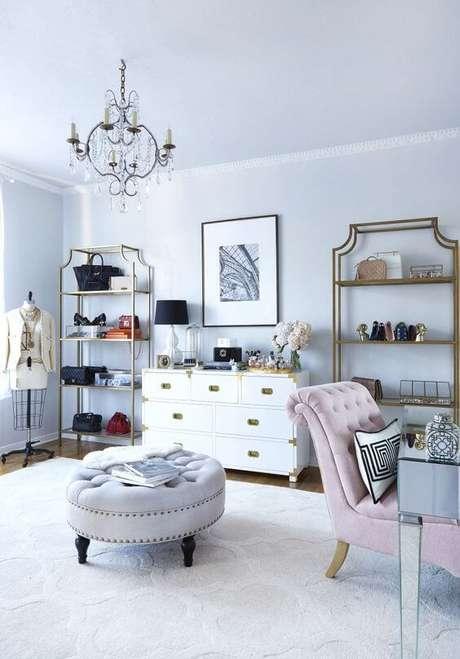 55. Closet feminino com prateleiras em dourado – Por: Style me Pretty