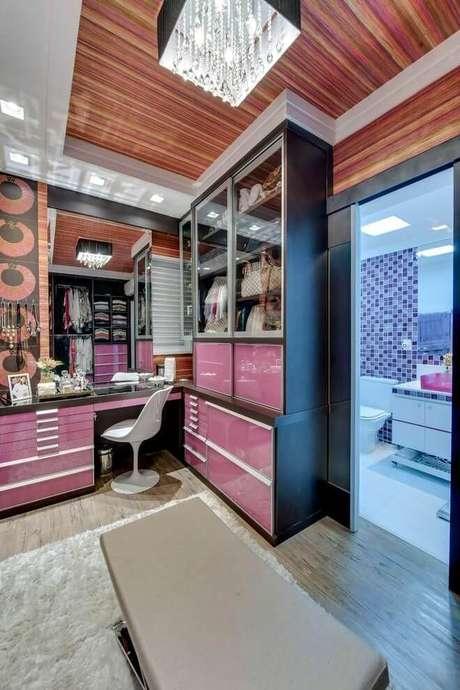 57. Closet feminino com móveis cor de rosa – Por: Andrea Bento