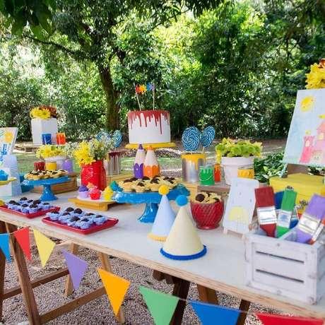 41. Decoração colorida para festa de aniversário piquenique infantil – Foto: Natália Escudeiro
