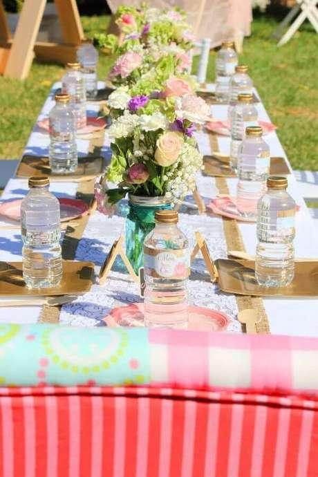 45. Decoração com arranjo de flores para aniversário piquenique – Foto: Assetproject