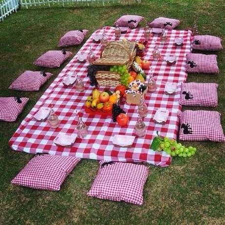 46. Leve uma cesta de piquenique cheia de frutas e comidas gostosas para a sua festa – Foto: Pinterest