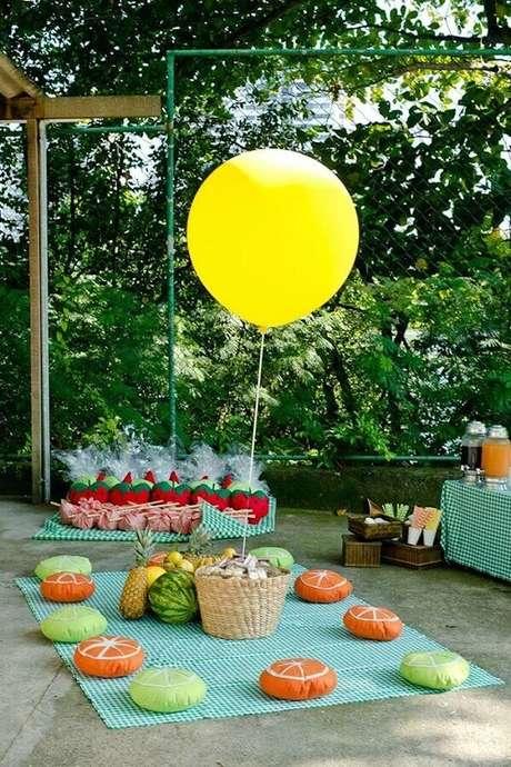 49. Decoração de picnic com almofadas em formatos de frutas para festa de aniversário – Foto: Chic de Ideias