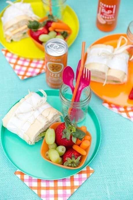 52. Decoração de piquenique com pratos e guardanapos coloridos – Foto: Pizzazzerie