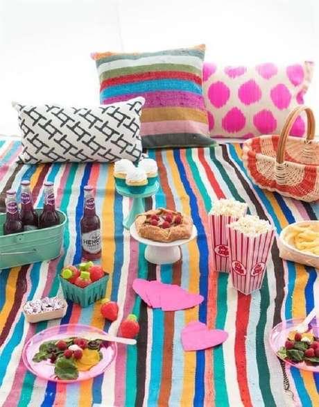 53. Decoração para picnic com almofadas e toalhas colorida – Foto: Pinterest