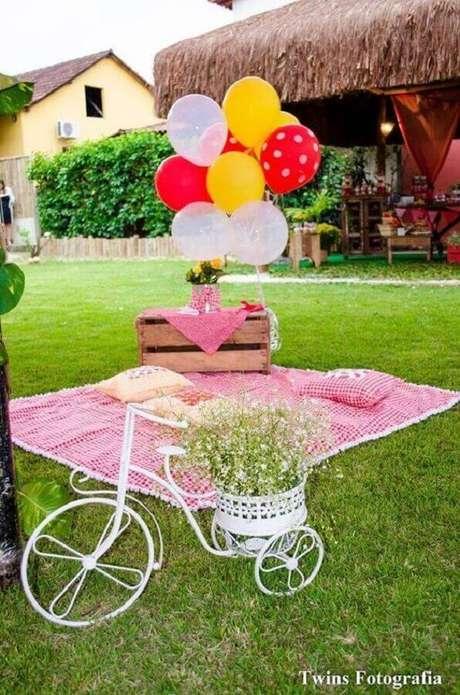 54. A bicicleta decorada deixou o piquenique romântico com um toque super especial – Foto: Twins Fotografia