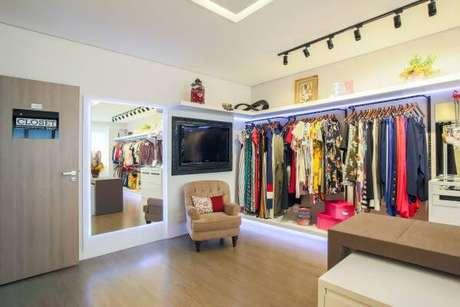 60. Closet amplo com roupas na arara – Por: Pinterest