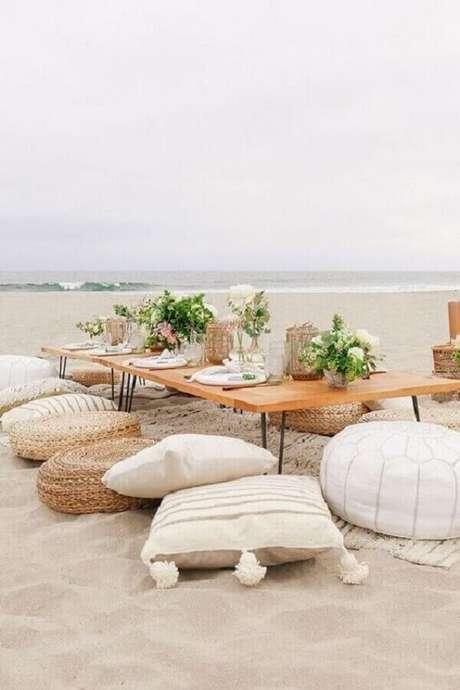 59. Decoração rústica para festa piquenique na praia com mesa baixa e almofadas – Foto: Pinterest