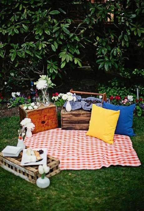60. Decoração simples para picnic com caixote de madeira e toalha xadrez – Foto: Ideias Decor