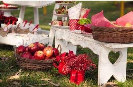 65. Leve cesta de piquenique repletas de frutas para a sua festa – Foto: Casa e Festa