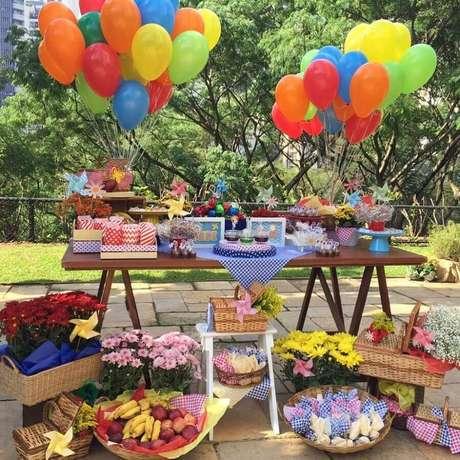 66. Festa de aniversário piquenique decorada com balões coloridos, arranjos de flores e frutas – Foto: Festa do Papel by Cris e Tania
