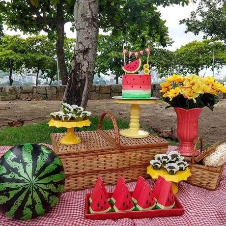68. A cesta de piquenique também pode ajudar a compor a decoração do aniversário – Foto: Daniela Pontes