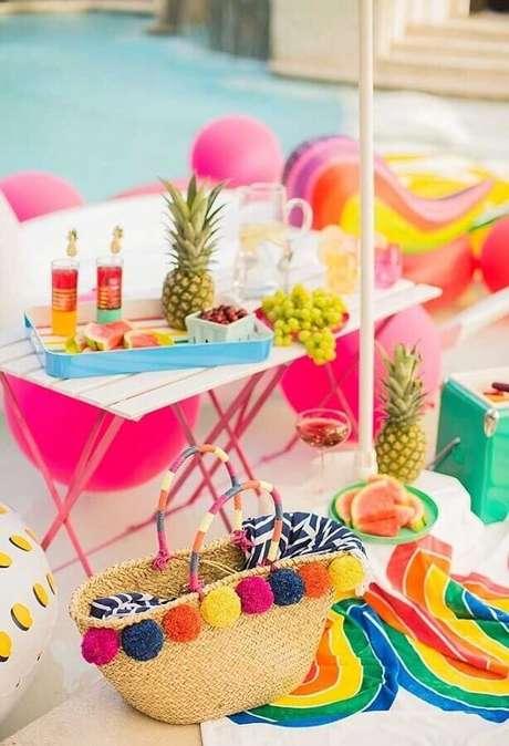 70. Festa piquenique com decoração colorida próxima à piscina – Foto: Pinterest