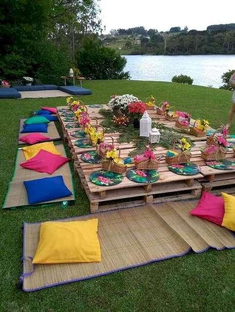 71. Pallets podem ajudar a criar uma mesa para a sua decoração de piquenique – Foto: o Googodecor