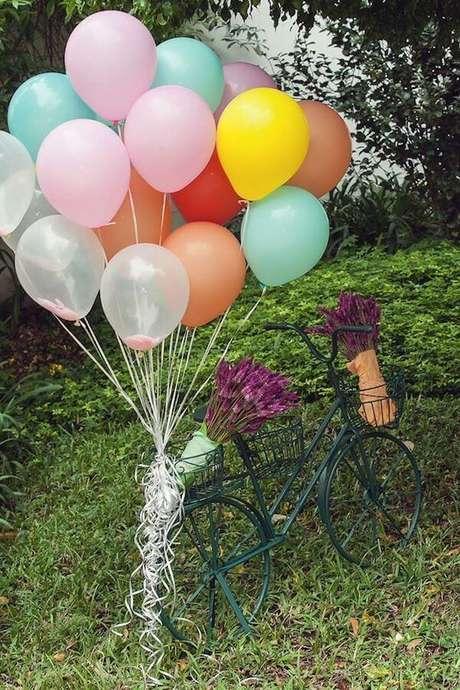 72. Festa piquenique decorada com arranjo de balões presos em bicicleta – Foto: Vestida de Mãe