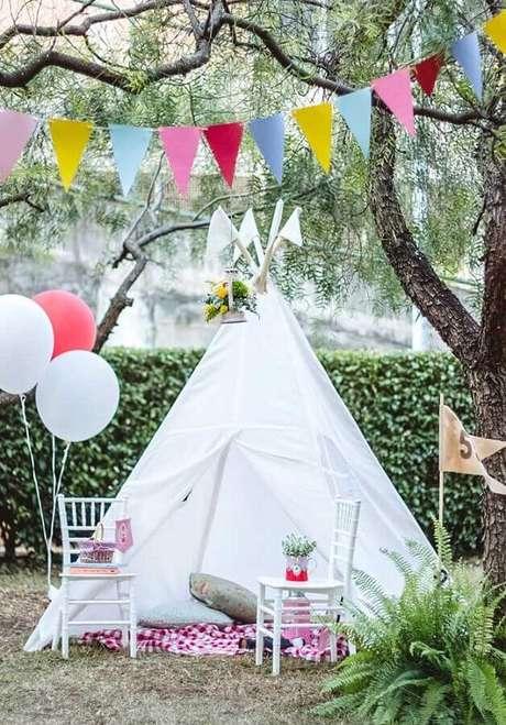 73. Cabaninha branca e varal com bandeirinhas coloridas para festa de picnic – Foto: Blog do Math