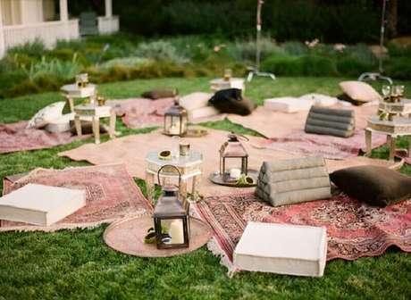 75. Festa piquenique decorada com tapetes e pequenas luminárias com vela – Foto: B. Lovely Events