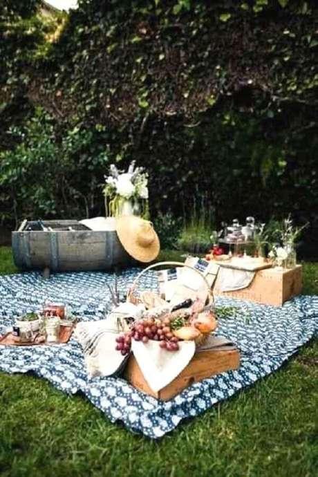 76. Festa piquenique simples decorada com cesta de frutas e toalha azul – Foto: Avie Designs