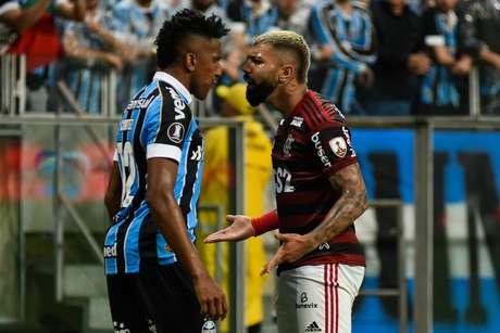 Bruno Cortez e Gabigol discutem durante duelo entre Grêmio e Flamengo.