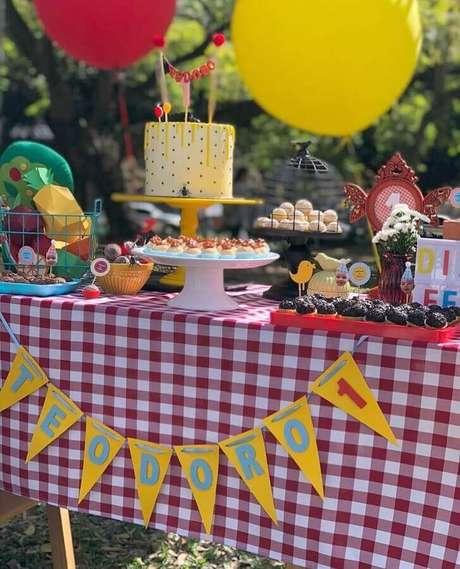 80. Mesa de aniversário piquenique decorada com toalha xadrez vermelha – Foto: Folhas Festas e Papelaria