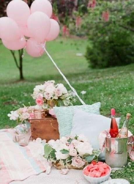 84. Decoração com arranjo de flores e balões cor de rosa para piquenique romântico – Foto: Dreamery Events