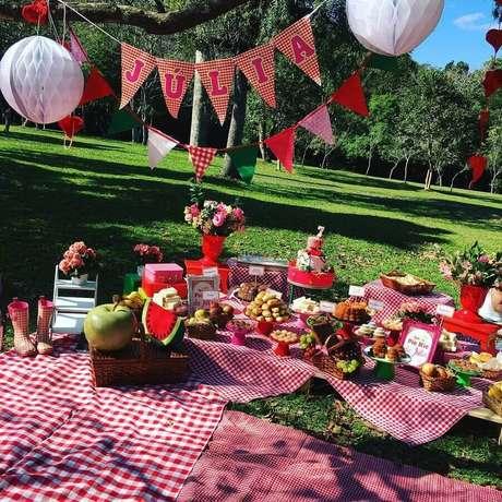 2. Decoração para aniversário piquenique todo com detalhes em vermelho – Foto: Ama Eventos