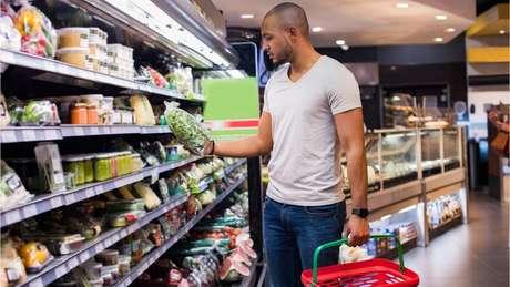 Homem fazendo compras no mercado