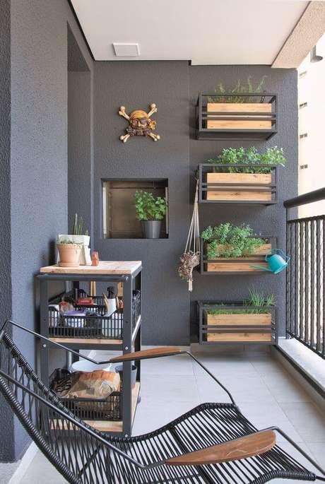23. Decoração de jardim vertical com suporte para plantas de madeira e ferro – Por: Revista VD