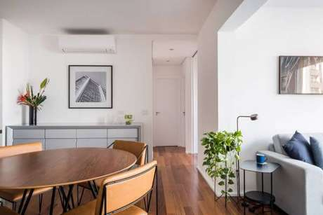 24. Decoração de sala de estar com suporte para plantas – Por: Ina Arquitetura