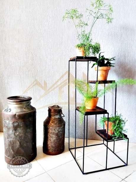 27. Suporte para plantas de ferro na decoração na sala de estar – Por: Elo7