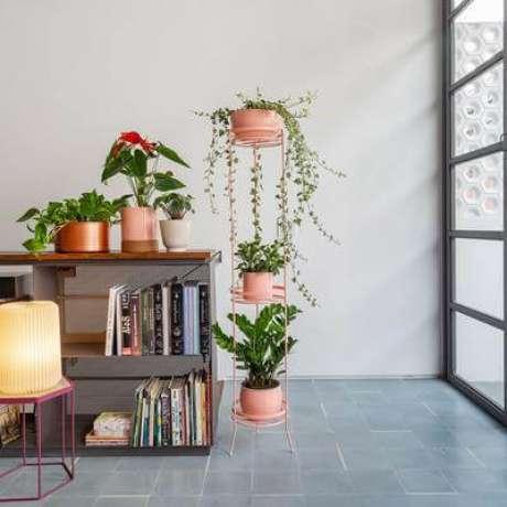 30. Suporte para plantas de ferro na decoração da sala de estar, com lindos suporte para plantas – Por: Pinterest