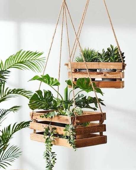 38. Suporte para plantas feito de caixote – Por: Pinterest