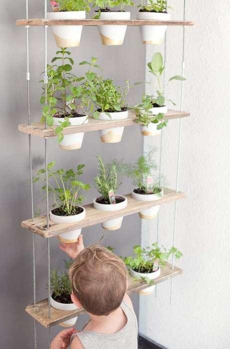 41. Suporte para plantas suspenso com horta em casa – Por: Pinterest
