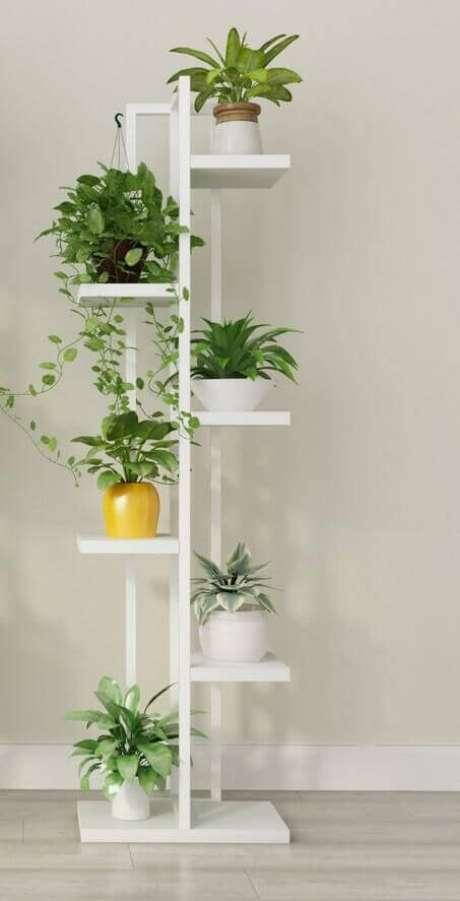 42. Suporte para plantas de madeira com diferentes plantas. Um lindo suporte para plantas! – Por: Pinterest