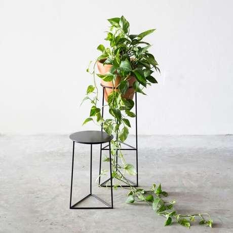 4. Suporte de ferro para plantas – Por: Casa Vogue