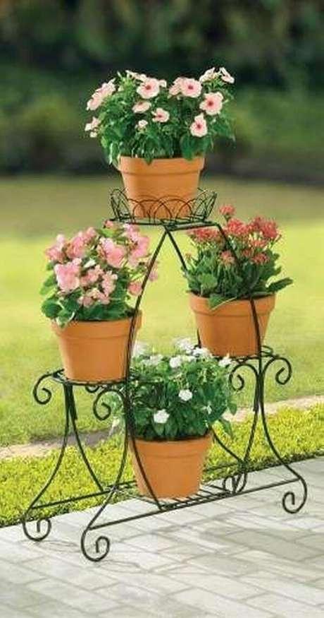 45. Suporte para plantas de ferro com flores lindas – Por: Pinterest