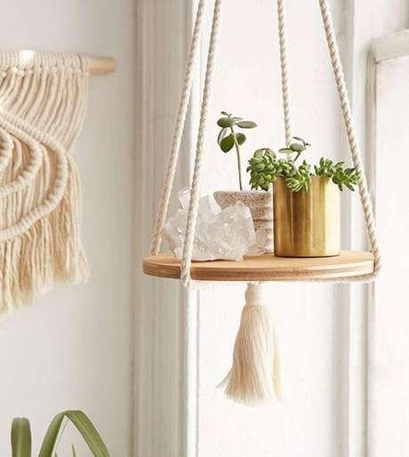 7. Suporte para plantas de madeira feita com cordão de algodão e vasos – Por: Pinterest