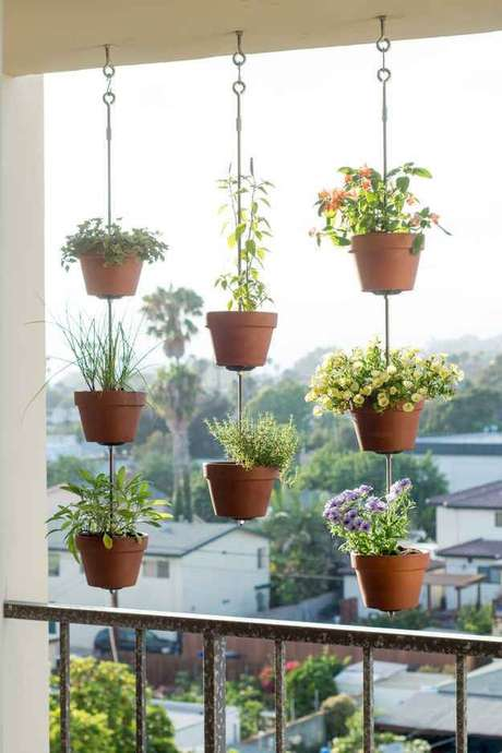 9. Suporte para plantas na varanda – Por: Mini Horta