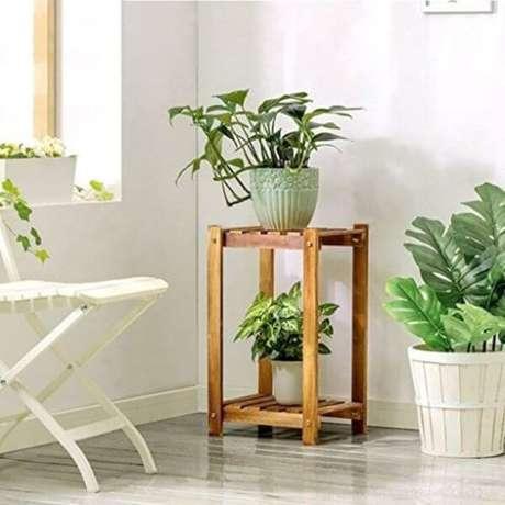 20. Suporte para plantas de madeira para decorar a sala – Por: Pinterest