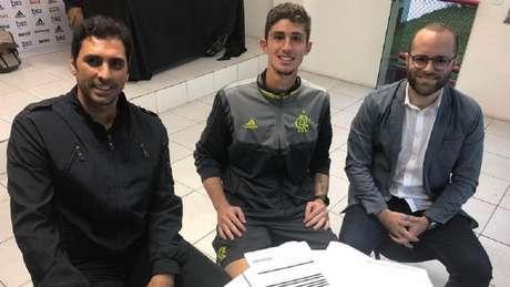 Athirson, goleiro Pedro, do Sub-20 do Flamengo, e o empresário Fábio Buratta (Foto: Arquivo pessoal/Divulgação)
