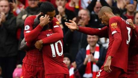 Liverpool vence e segue 100% na Premier League