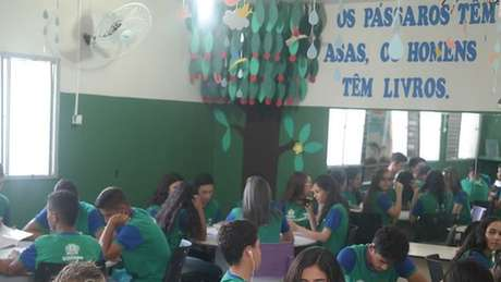 Alunos participando das oficinas do projeto Desengaveta Meu Texto: 'eles deixaram de escrever para ganhar nota e passaram a escrever para publicar'