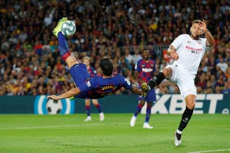 Suárez marcou de bicicleta para o Barça.