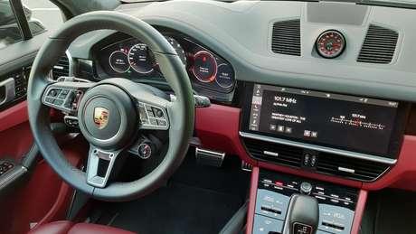 O interior vermelho mistura esportividade, luxo e bom gosto.