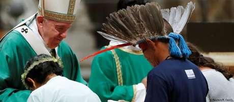 Bispos e cardeais, além de representantes de povos indígenas, participaram da celebração na Basílica de São Pedro