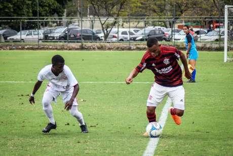 Atacante Jean Carlos em ação pelo Sub-17 do Flamengo (Foto: Divulgação)